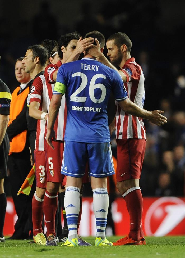 El defensa del Chelsea John Terry (c) es consolado por los jugadores del Atlético de Madrid. Foto: EFE