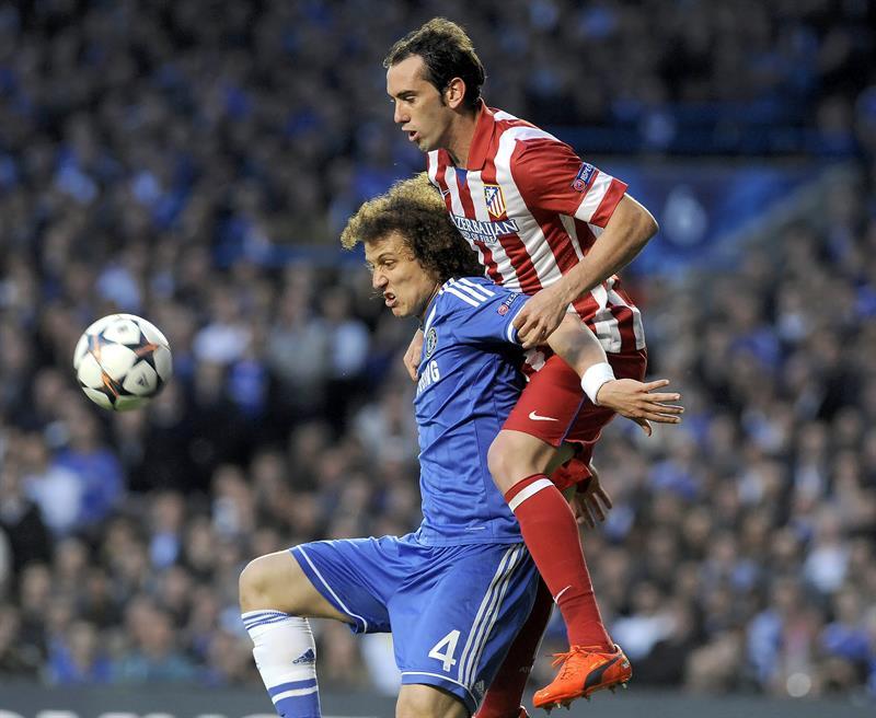 El defensa uruguayo del Atlético de Madrid Diego Godín (d) pelea por el balón con el defensa brasileño del Chelsea David Luiz (i). Foto: EFE