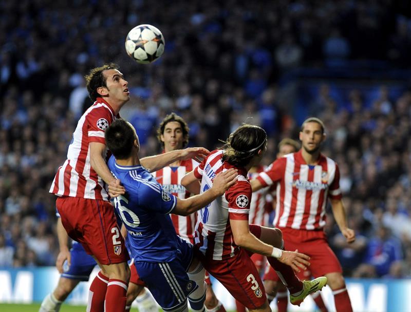 El defensa inglés del Chelsea John Terry (2i) pelea por el balón con el defensa uruguayo del Atlético de Madrid Diego Godín (i). Foto: EFE