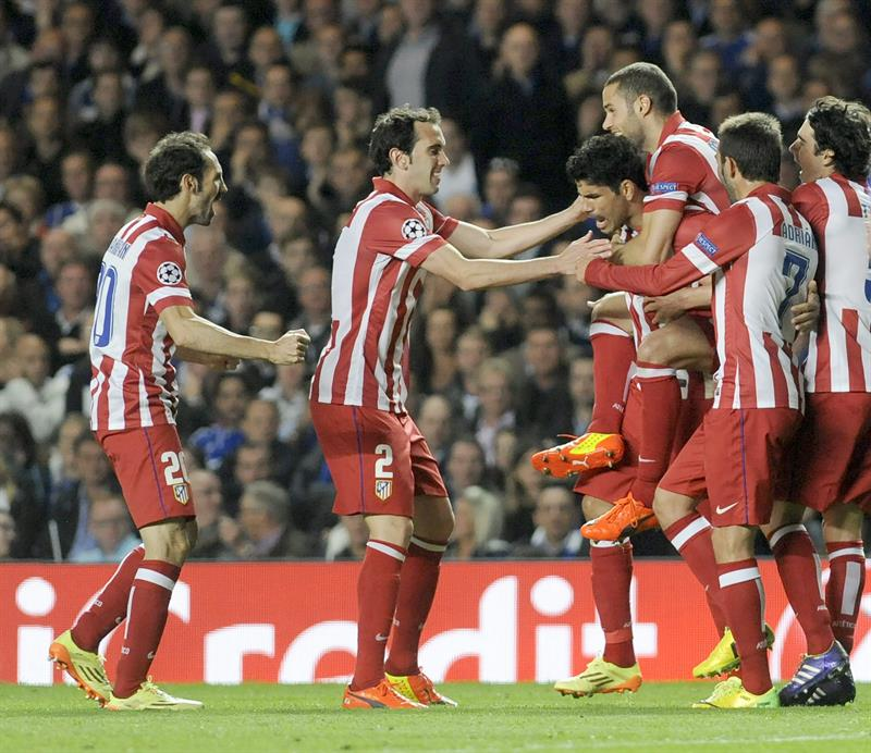 El delantero hispano-brasileño del Atlético de Madrid Diego Costa (4d) celebra con sus compañeros tras marcar el 1-2 de penalti. Foto: EFE