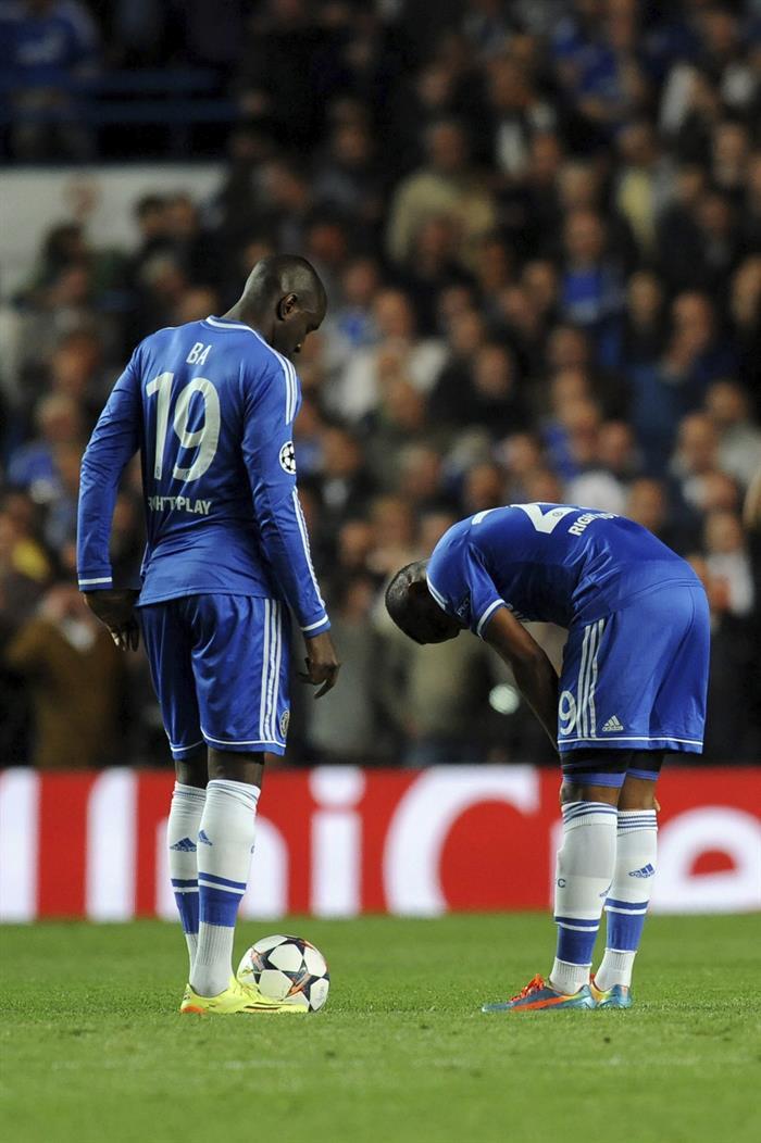 Los jugadores del Chelsea Demba Ba (i) y Samule Eto'o tras el partido de vuelta de semifinales de la Liga de Campeones. Foto: EFE