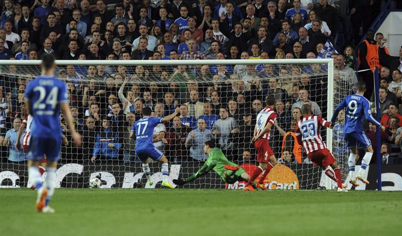 El delantero español del Chelsea Fernando Torres (d) marca el 1-0 durante el partido de vuelta de semifinales. Foto: EFE