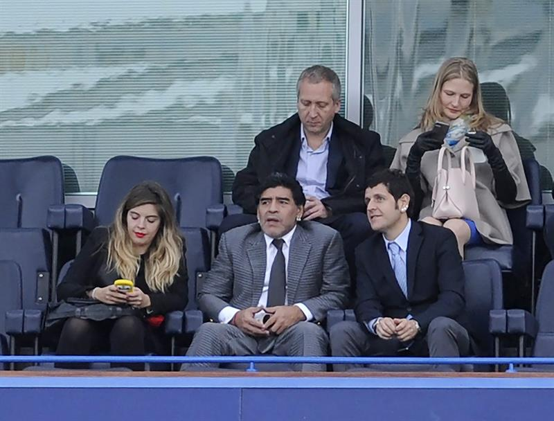 El exfutbolista argentino Diego Armando Maradona (c) presencia junto a una de sus hijas (i) el partido de partido de vuelta de semifinales de la Champions. Foto: EFE