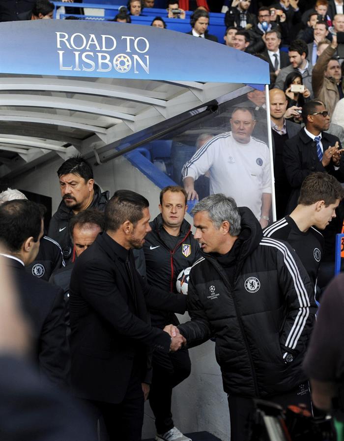 El entrenador de Chelsea, el portugués José Mourinho (d), saluda al entrenador del Atlético de Madrid, el argentino Diego Simeone (i). Foto: EFE