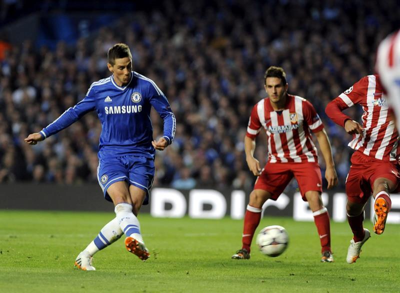 El delantero español del Chelsea Fernando Torres (i) marca el 1-0. Foto: EFE