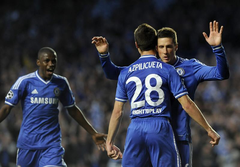 El delantero español del Chelsea Fernando Torres (d) celebra con su compañero y compatriota César Azpilicueta (2d) tras marcar el 1-0 ante Atlético. Foto: EFE