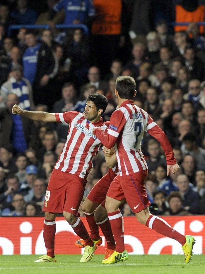 El delantero hispano-brasileño del Atlético de Madrid Diego Costa (i) muestra su alegría tras marcar el 1-2 de penalti durante el partido de vuelta. Foto: EFE