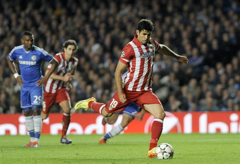 El delantero hispano-brasileño del Atlético de Madrid Diego Costa (d) marca el 1-2 de penalti durante el partido de vuelta de semifinales. Foto: EFE