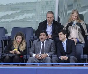 Maradona asiste a la semifinal en Stamford Bridge