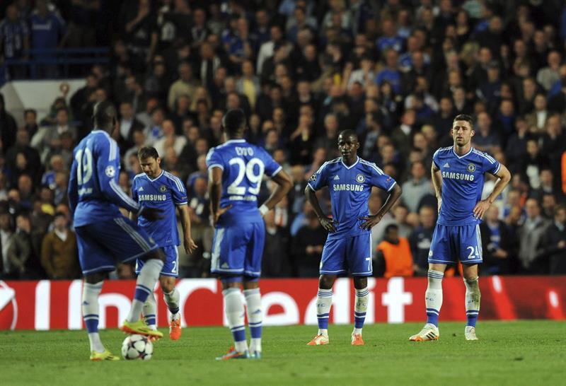 Los jugadores del Chelsea, abatidos tras uno de los goles que marcó el Atlético de Madrid durante el partido de vuelta de semifinales. Foto: EFE