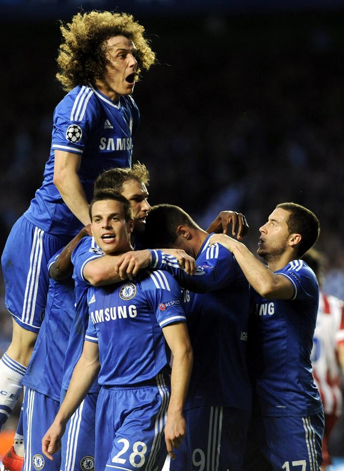 El delantero español del Chelsea Fernando Torres (2d) celebra con sus compañeros tras marcar el 1-0. Foto: EFE