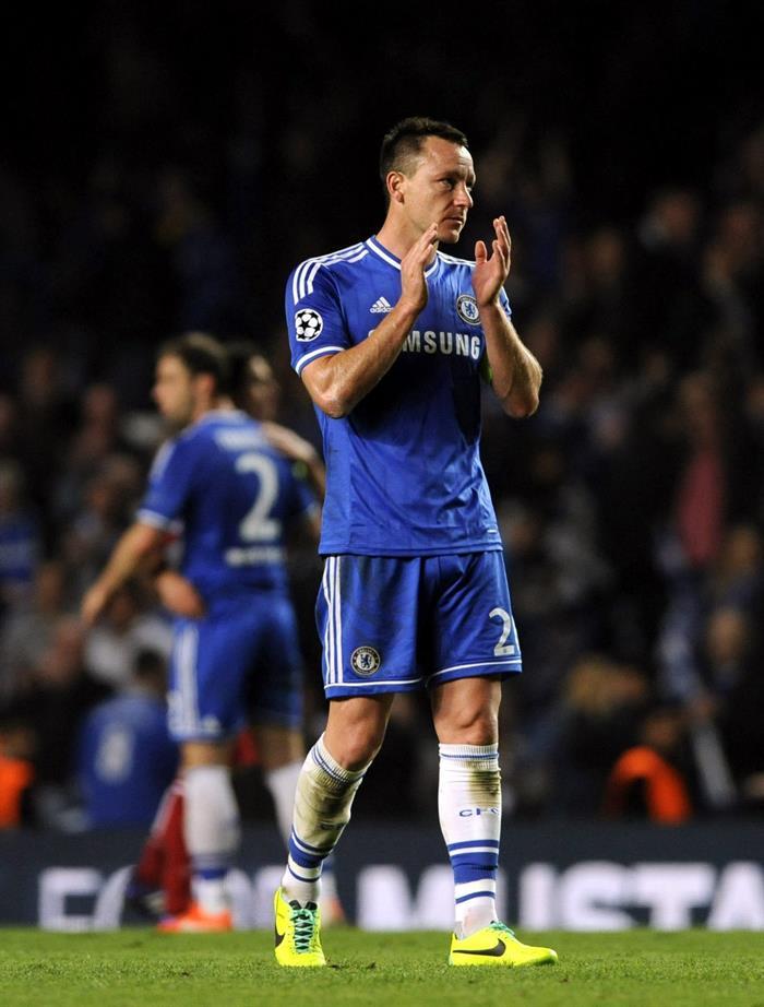 El defensa del Chelsea John Terry aplaude a la afición tras el partido de vuelta de semifinales de la Liga de Campeones. Foto: EFE