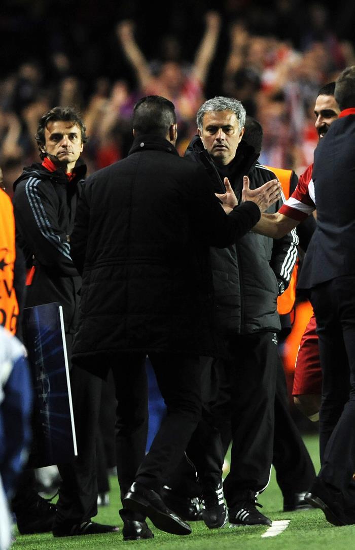 El entrenador del Chelsea José Mourinho (d) saluda al entrenador del Atlético de Madrid Diego Pablo Simeone (de espaldas), tras el partido. Foto: EFE