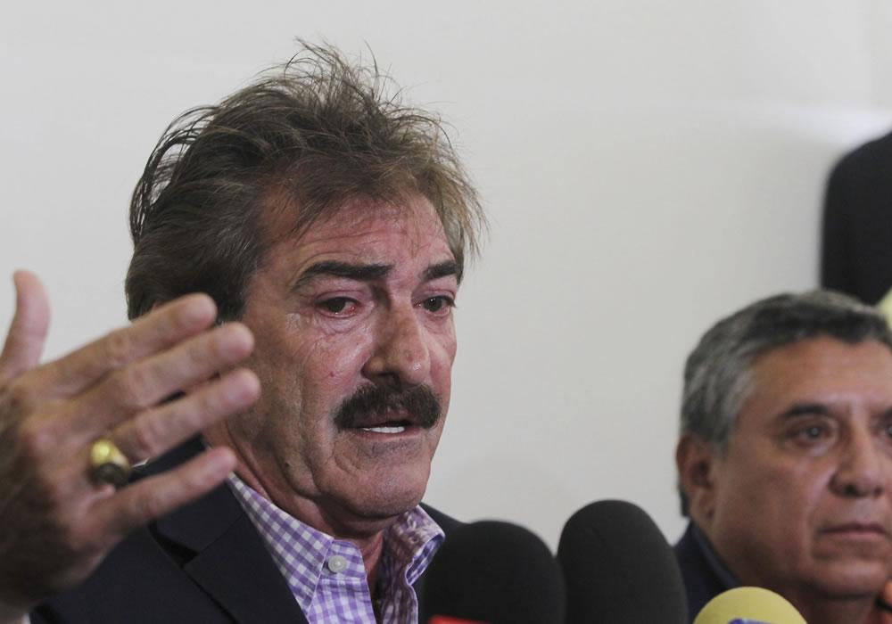 """El DT argentino Ricardo La Volpe, en rueda de prensa en Guadalajara, donde negó las acusaciones de """"conducta inapropiada"""" hechas por el dueño de las Chivas, Jorge Vergara. Foto: EFE"""