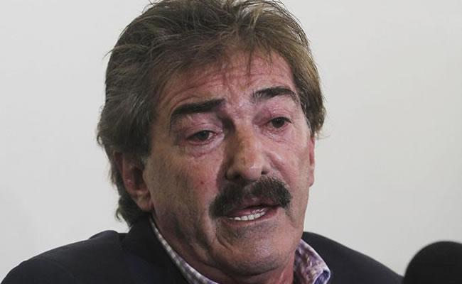 El entrenador argentino Ricardo La Volpe habla. Foto: EFE