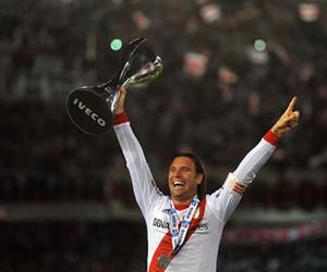 El jugador de River Plate Fernando Cavenaghi festeja la obtención del título número 35 del club . EFE