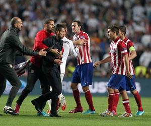 Simeone expulsado por invadir el terreno de juego