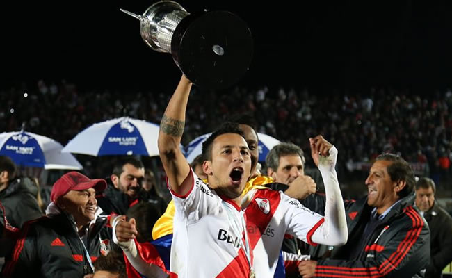 El jugador de River Plate Leonel Vangioni celebra después vencer a San Lorenzo de Almagro y ganar la Copa Campeonato. EFE