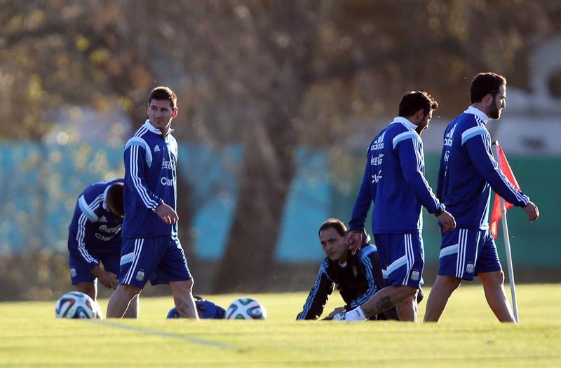 Los jugadores de la selección argentina de fútbol Lionel Messi (i), Ezequiel Lavezzi (2-d) y Gonzalo Higuaín (d) participan en un entrenamiento. EFE