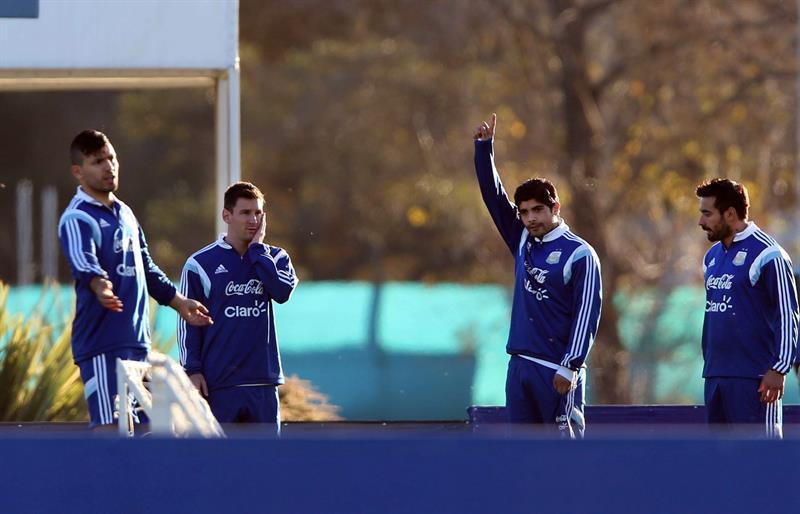 Los jugadores de la selección argentina de fútbol Sergio Agüero (i), Lionel Messi (2-i), Eber Banegas (2-d) y Ezequiel Lavezzi (d) participan en un entrenamiento. EFE
