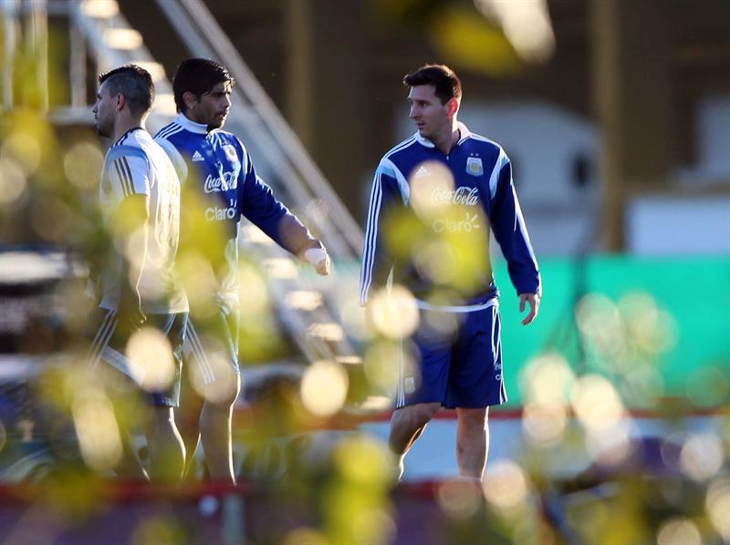 Los jugadores de la selección argentina de fútbol Sergio Aguero (i), Lionel Messi (d) y Eber Banegas (c) participan en un entrenamiento. EFE