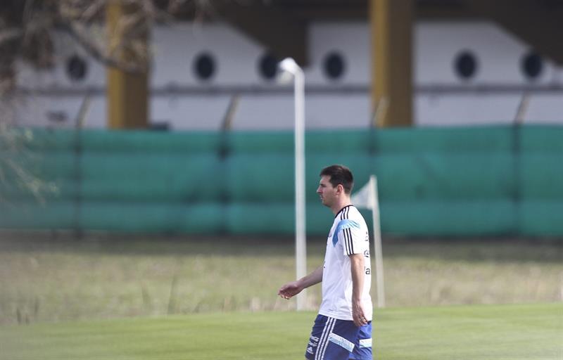 El jugador de la selección argentina de fútbol Lionel Messi, durante un entrenamiento matinal en el predio de la Asociación Argentina de Fútbol. EFE