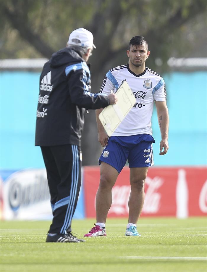 El jugador de la selección argentina de fútbol Sergio Aguero (d) junto a su entrenador, Alejandro Sabella. EFE