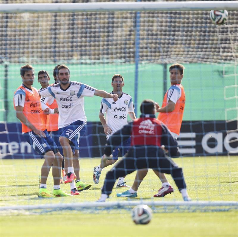 Los jugadores de la selección argentina de fútbol Gonzao Higuaín (2i) y Lionel Messi (c). EFE