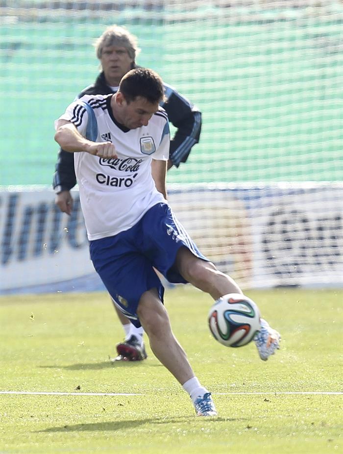 El jugador de la selección argentina de fútbol Lionel Messi, durante un entrenamiento matinal. EFE