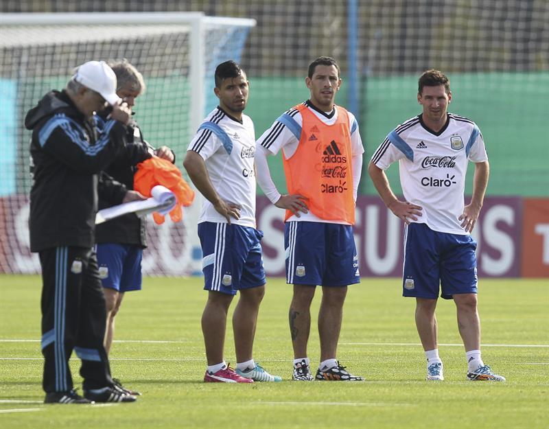 Los jugadores de la selección argentina de fútbol Lionel Messi (d), Sergio Aguero (2i) y Maxi López (c) junto a su entrenador, Alejandro Sabella (i). EFE