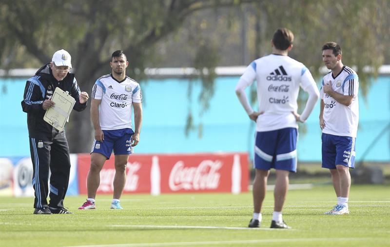 Los jugadores de la selección argentina de fútbol Lionel Messi (d) y Sergio Aguero (2i) junto a su entrenador, Alejandro Sabella (i). EFE