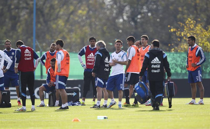 El jugador de la selección argentina de fútbol Lionel Messi (c), durante un entrenamiento matinal en el predio de la Asociación Argentina de Fútbol. EFE
