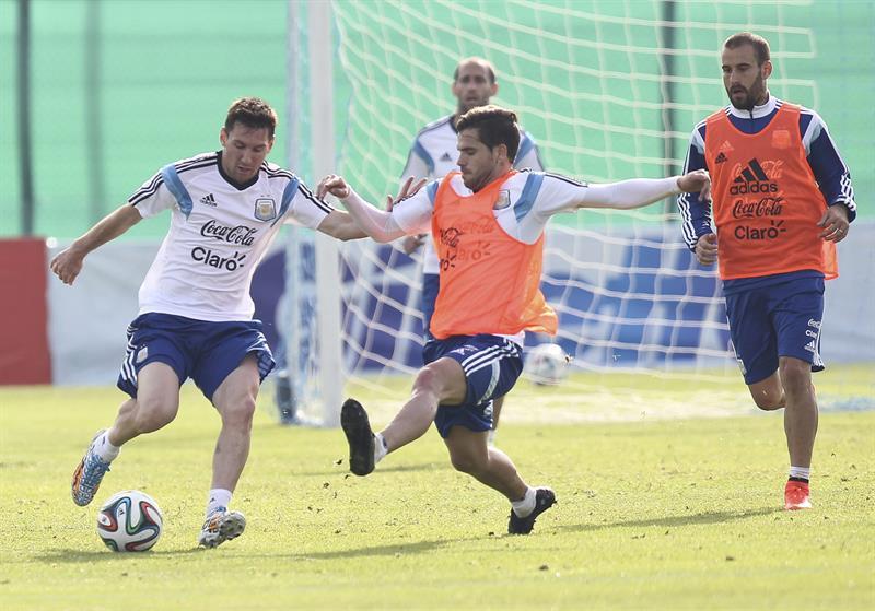 Los jugadores de la selección argentina de fútbol Lionel Messi (i) y Fernando Gago (c). EFE