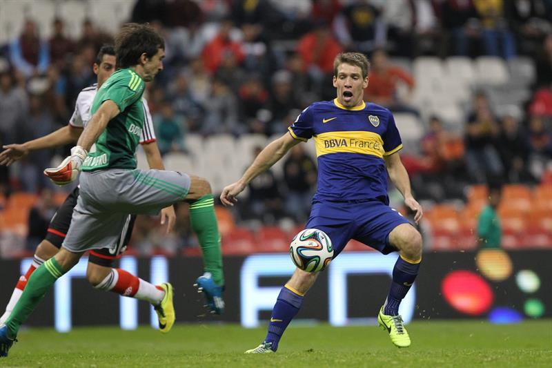 El portero de River Plate Marcelo Barovero (i) disputa el balón con Claudio. Foto: EFE