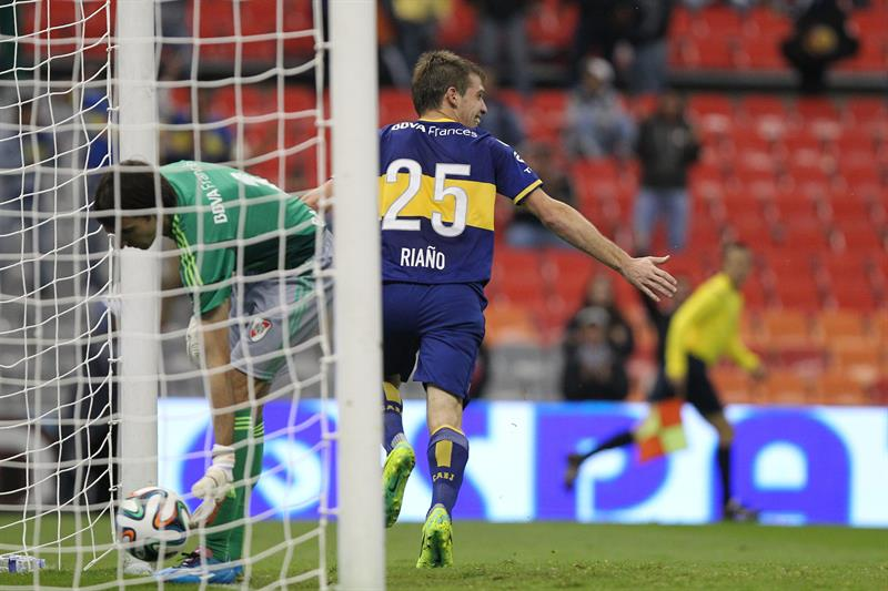 El jugador de Boca Juniors Claudio Riaño (d) celebra después de anotar un gol ante River. Foto: EFE