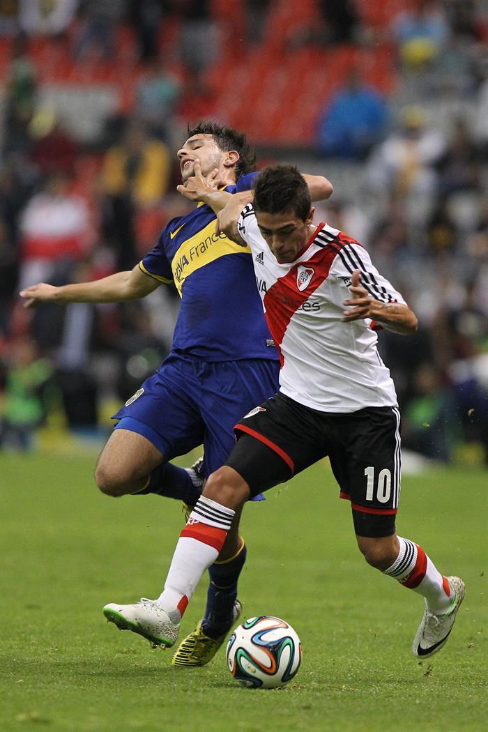 El jugador de River Plate Manuel Lanzini (d) es marcado por Federico Bravo.. Foto: EFE