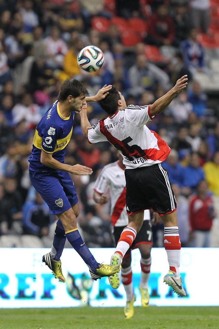 El jugador de River Plate Giovanni Simeone (d) disputa el balón. Foto: EFE