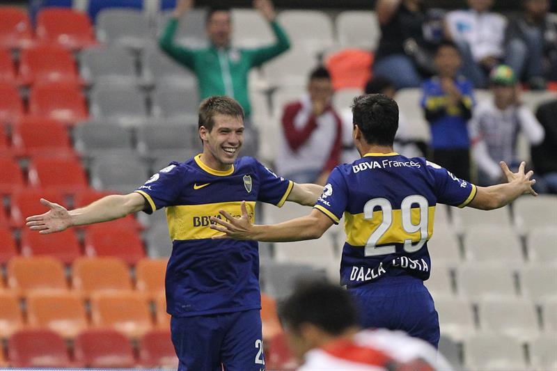 El jugador de Boca Juniors Claudio Riaño (i) celebra después de anotar un gol ante River. Foto: EFE