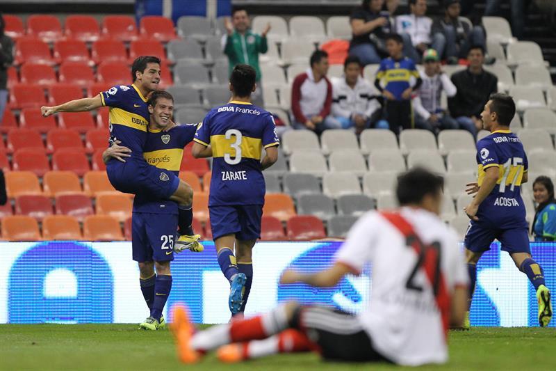 El jugador de Boca Juniors Claudio Riaño (2-i) celebra con sus compañeros después de anotar un gol. Foto: EFE