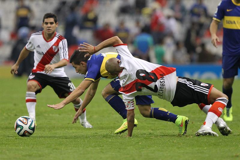 El jugador de River Plate Cristian Ledesma (d) disputa el balón con Luciano. Foto: EFE
