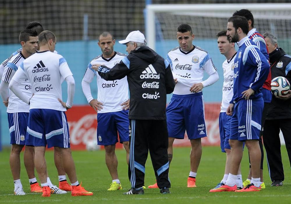 El DT de la selección nacional de fútbol de Argentina, Alejandro Sabella (c), ofrece indicaciones a sus jugadores. Foto: EFE