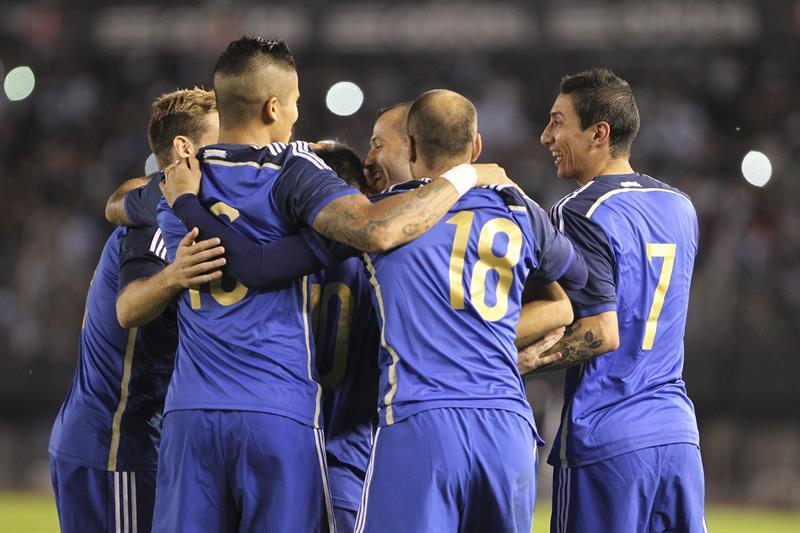 Jugadores de Argentina celebran su anotación ante la selección de Trinidad y Tobago. EFE
