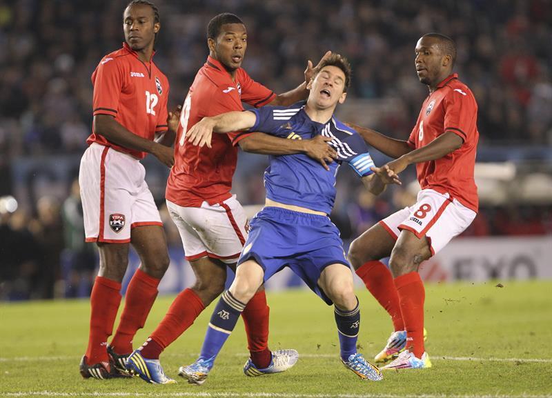 Lionel Messi (c) de Argentina intenta evitar la marca de Khaleem Hyland (d) y Andre Boucad (i) de la selección de Trinidad y Tobago. EFE
