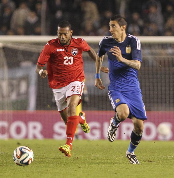 El jugador Angel Di María (d) de Argentina disputa el balón con el jugador Lester Peltier de la selección de Trinidad y Tobago. EFE