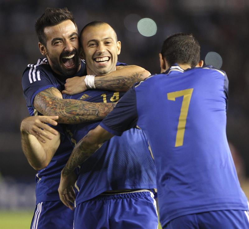 El jugador Ezequiel Lavezzi (i) y Javier Mascherano (c) festejan el segundo gol de Argentina ante la selección de Trinidad y Tobago. EFE