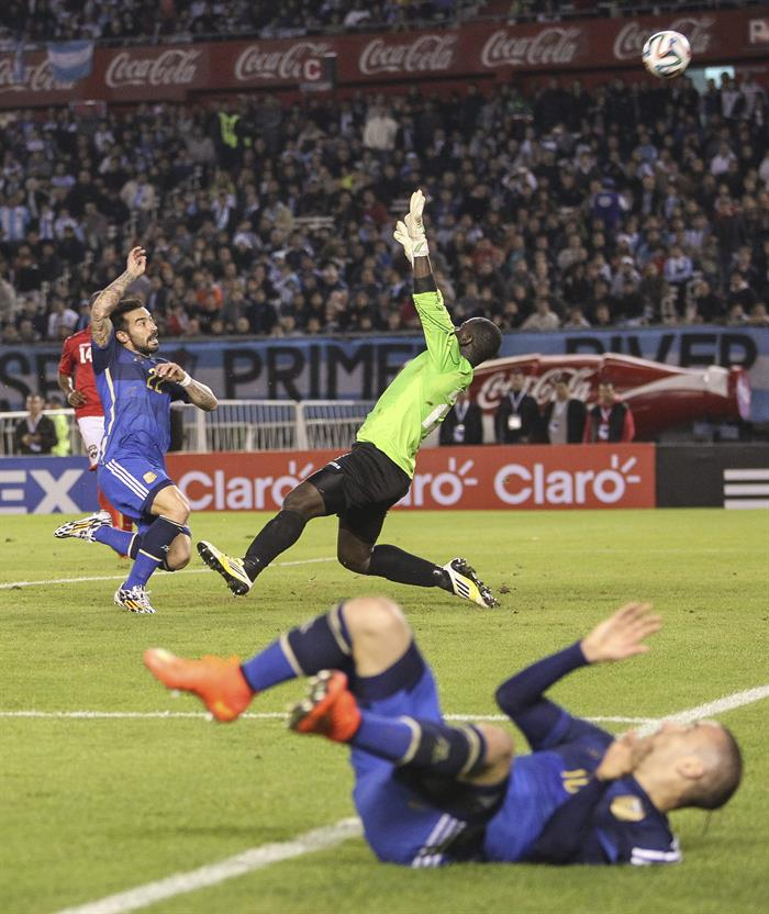 El jugador Ezequiel Lavezzi (i) de Argentina trata de marcar ante el guardameta Jan Michael Williams (d) de la selección de Trinidad y Tobago. EFE