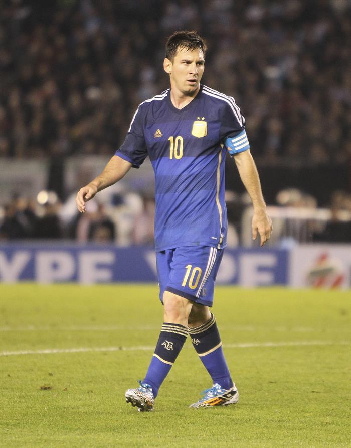 El jugador Lionel Messi de Argentina juega ante la selección de Trinidad y Tobago. EFE