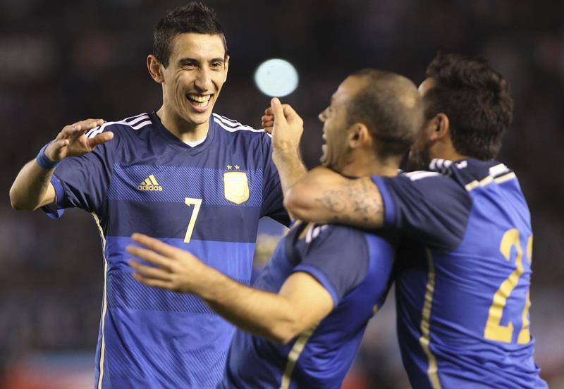 Los jugadores argentinos Angel Di Maria (i), Javier Mascherano (c) y Ezequierl Lavezzi (d) festejan un gol ante la selección de Trinidad y Tobago. EFE