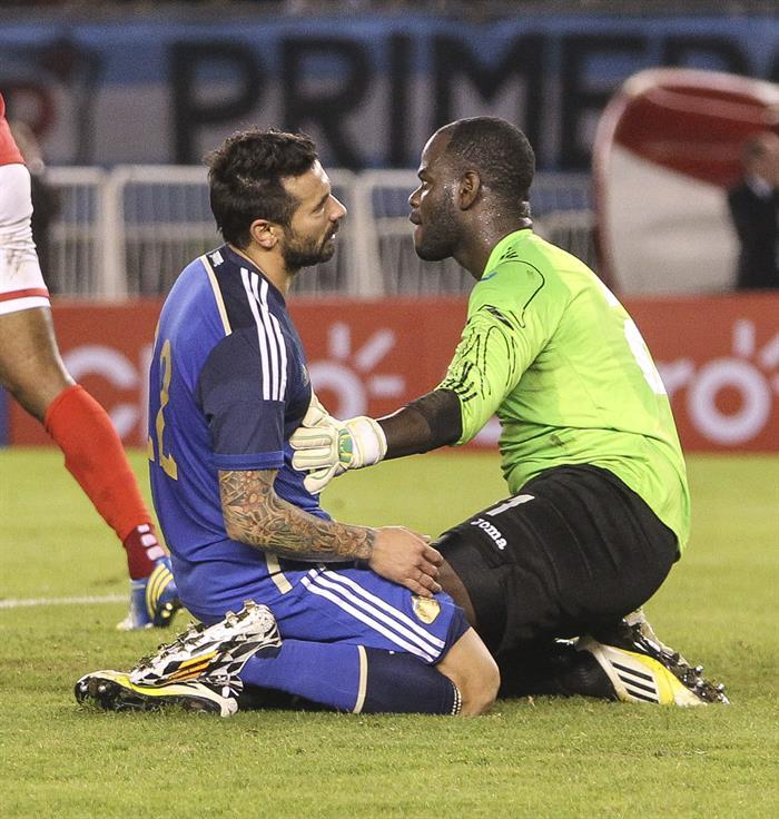 El jugador Ezequiel Lavezzi (i) de Argentina falla una jugada ante el guardameta Jan Michael Williams (d) de la selección de Trinidad y Tobago. EFE