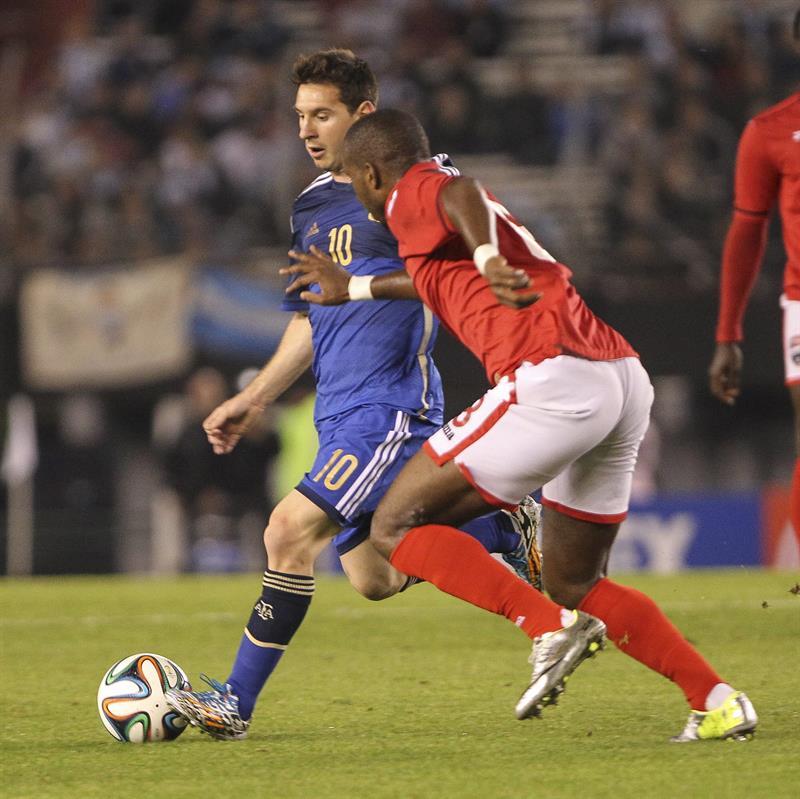 El jugador Lionel Messi (i) de Argentina disputa el balón con el jugador Yohance Marshall (d) de la selección de Trinidad y Tobago. EFE